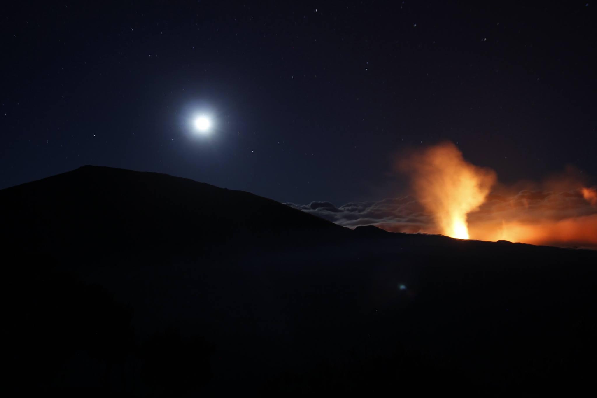 Magnifique lever de lune au Piton de la Fournaise
